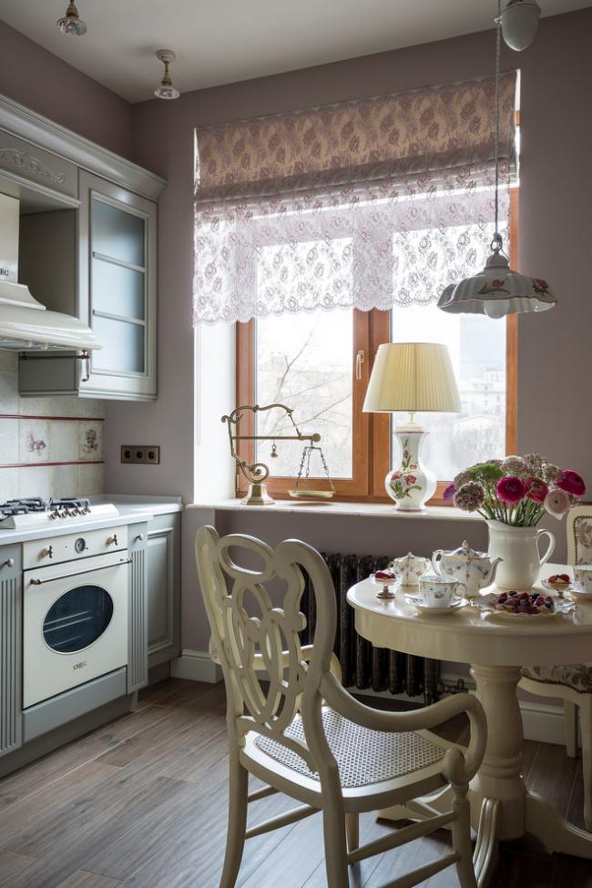 Викторианский стиль с мебелью сливочного цвета