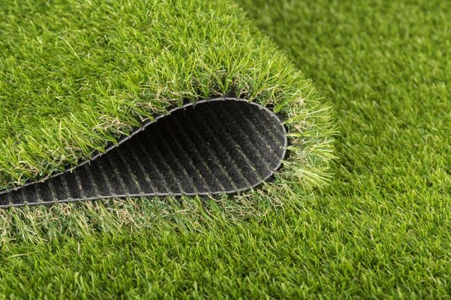 Искусственный газон имеет замечательный вид и довольно прост в укладке