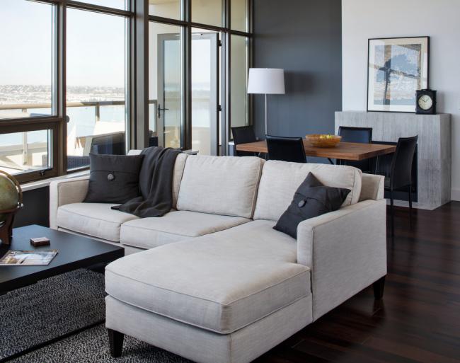 Угловой диван станет отличной границей двух зон