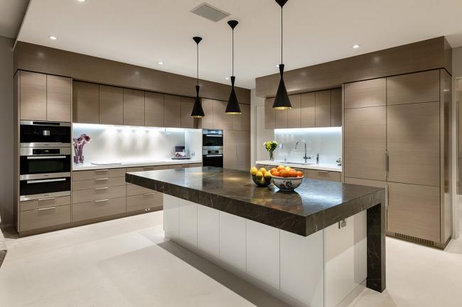 Освещение кухни особенно актуально там, где нет окон и природного света