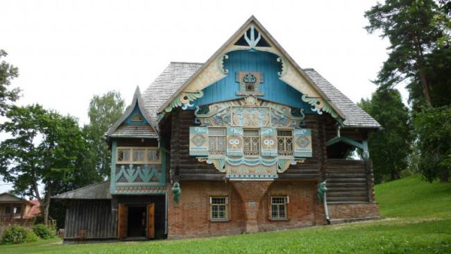 Русский стиль, благодаря эклектизму, выделялся некоторыми деталями, которые были свойственны всему направлению