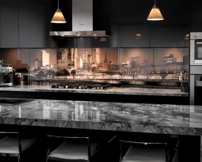 Прибегнув к несложному трюку по дополнительному освещению фартука, можно преобразить кухонное пространство