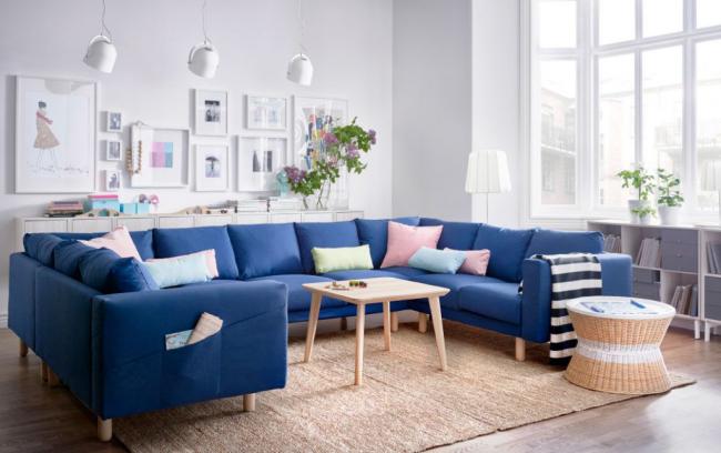 Удобный П-образный диван в центре места для отдыха