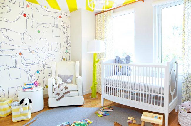 Яркий и контрастный детский интерьер. Шторы с легким светлым принтом