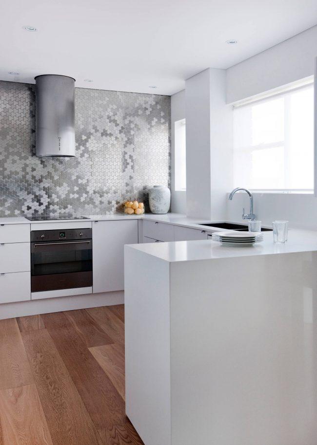 Смесь футуризма и хай-тека в интерьере минималистичной кухни