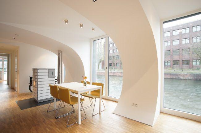Необычный округлый потолок в панорамной столовой