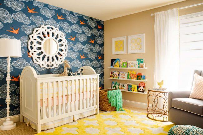 Стильный интерьер детской с контрастными элементами. Белоснежные шторы отлично оттеняют мебель цвета слоновой кости