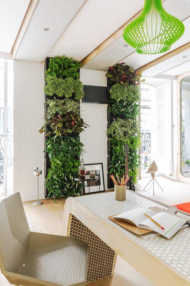 Футуристический кабинет с вертикальным садом