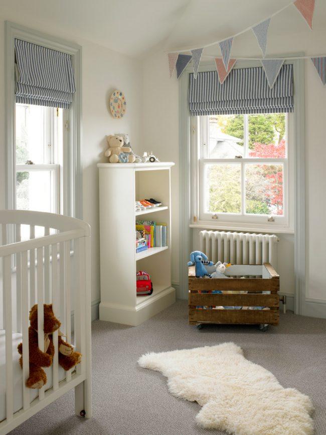 Рулонный вид штор удобен тем, что можно регулировать их высоту подъема, добавляя или убирая количество света в детской