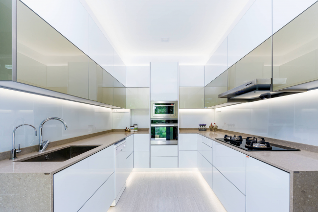 Кухня, оформленная в стиле минимализм, с П-образной планировкой