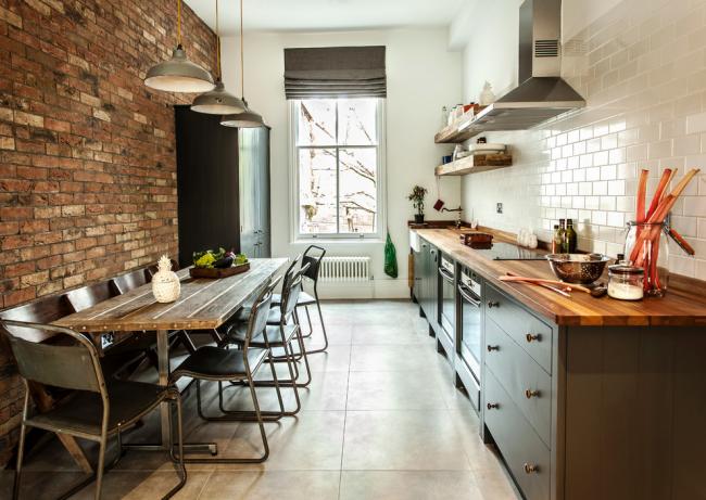 Интерьер кухни в стиле лофт с линейной планировкой