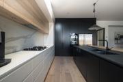 Фото 26 Варианты функциональной планировки и дизайн интерьера кухни 17 кв. метров