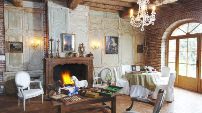 Наличие оригинальных элементов декора передают основное настроение комнаты