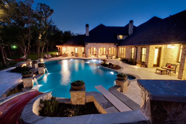 Загородная вилла с огромным бассейном