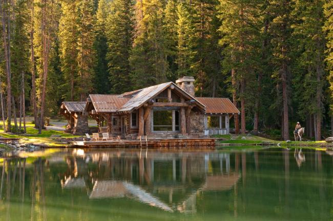 Прекрасный загородный дом на берегу озера