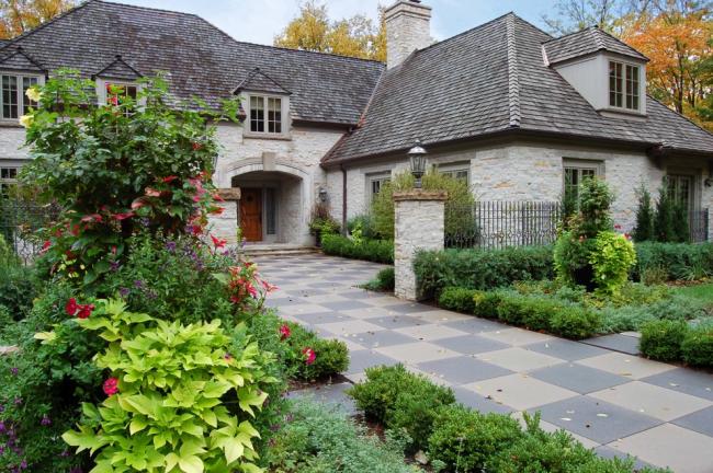 Загородное имение с красивым ландшафтным дизайном