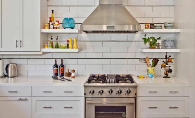 Полочки на кухонном фартуке - идеальное место для специй