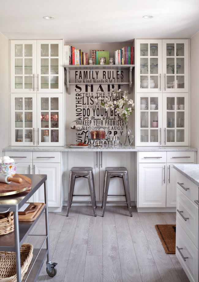 Крупные надписи сделают кухню более стильной