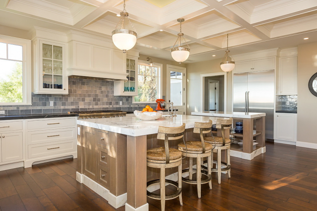 Большая кухня свободно вмещает несколько кухонных островов