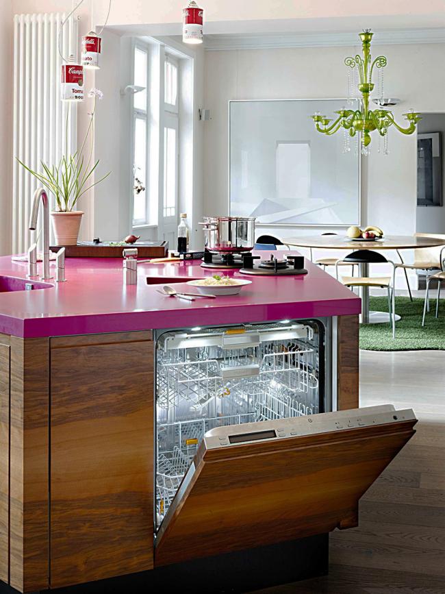Миниатюрная островная кухня в ярких цветах