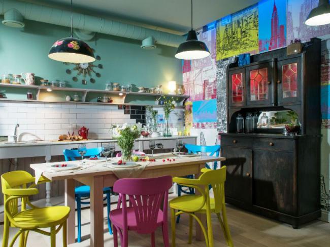 Разнообразие цветовой и стилевой атрибутики в современном оформлении кухни