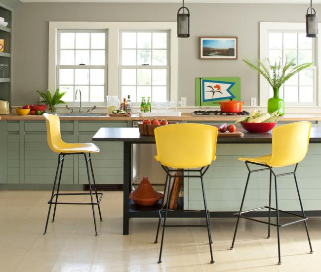 Красочные элементы на светлой кухне делают ее более интересной