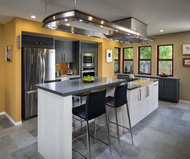 Использование пространства у окна сделает кухню визуально больше
