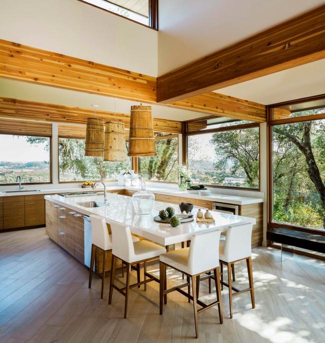 Большие окна наполнят кухню естественным освещением