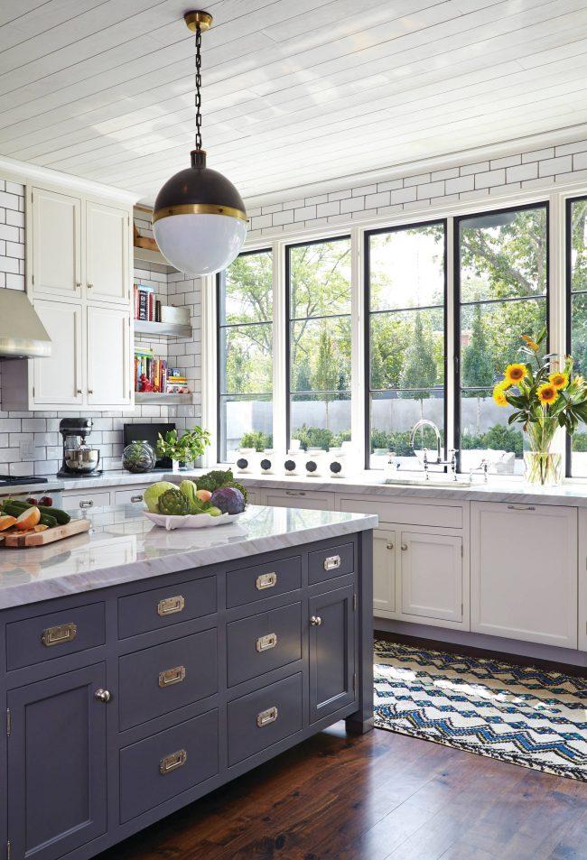 Кухонная поверхность, расположенная вдоль окна, отличное место для кулинарных импровизаций и цветочного декора