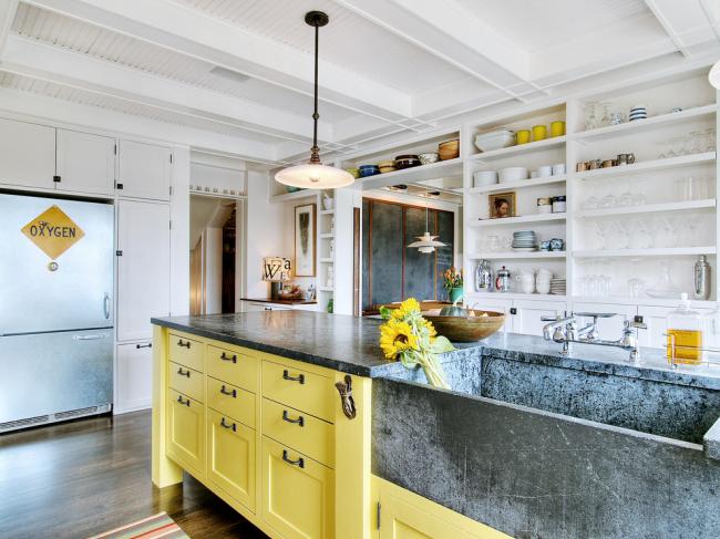 Желтая кухня-остров со столешницей из искусственного камня