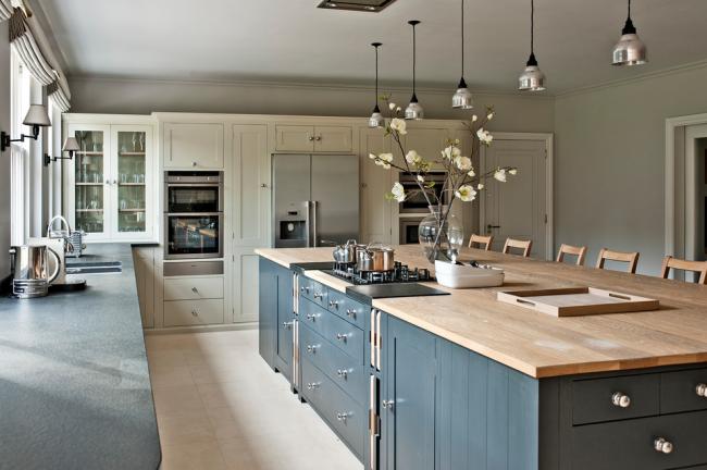 Дизайн просторной кухни в стиле кантри