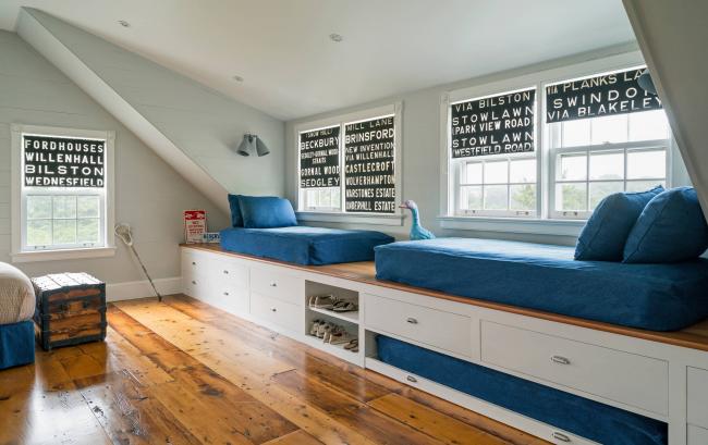Достаточное количество мест хранения и отличная зона отдыха у окна в одном решении