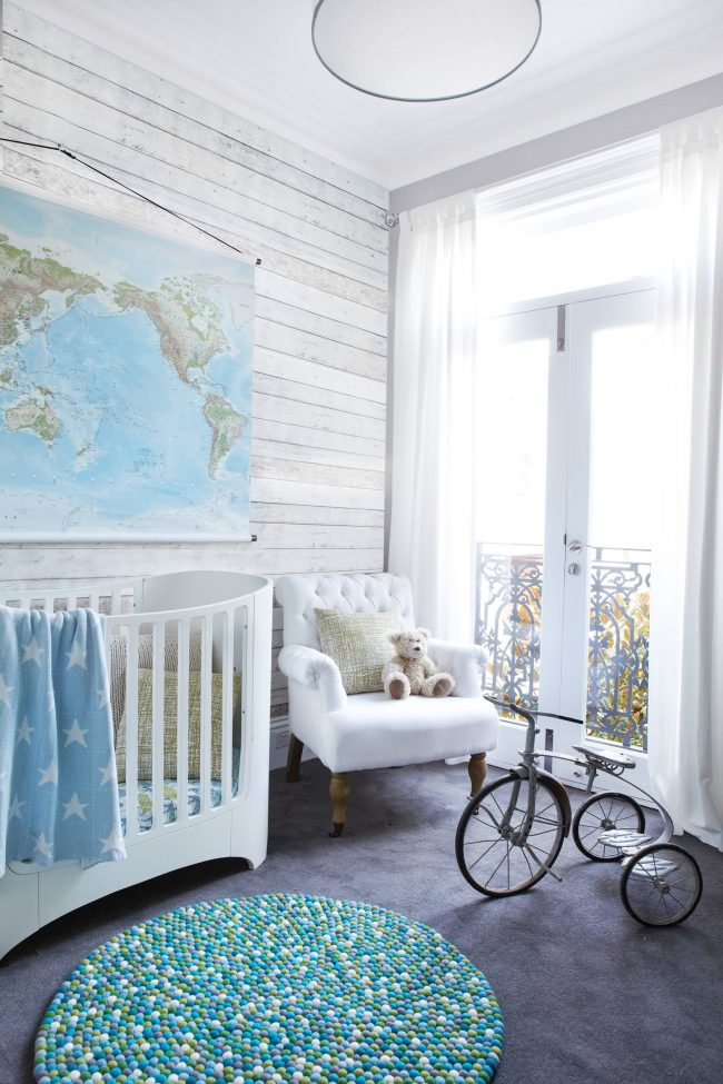Элегантная и светлая детская комната в бело-голубой гамме