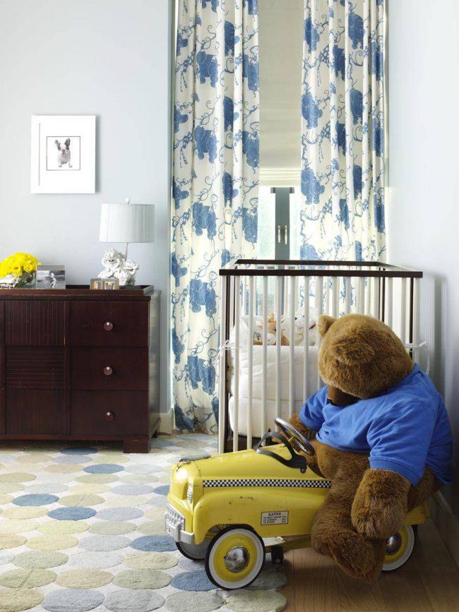 Шторы - первоочередная вещь в интерьере детской. Именно они будут оберегать вашего спящего кроху от назойливого света фонарей и городской иллюминации