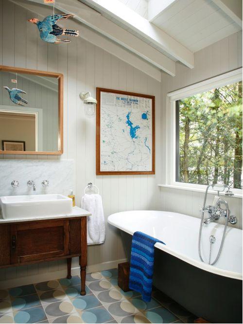 Плитка с ненавязчивым узором, полотенца синих оттенков и много дневного света - неотъемлемые атрибуты стиля Скандинавии