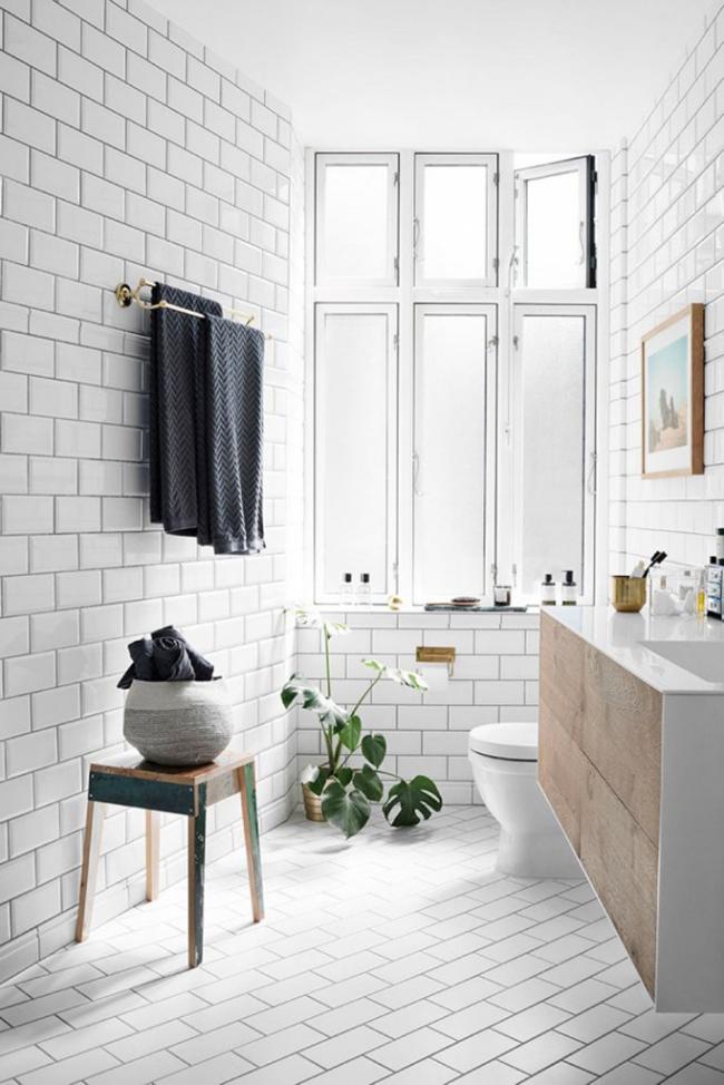 Практически любой интерьер ванной в скандинавском стиле не обходится без такой детали, как табурет