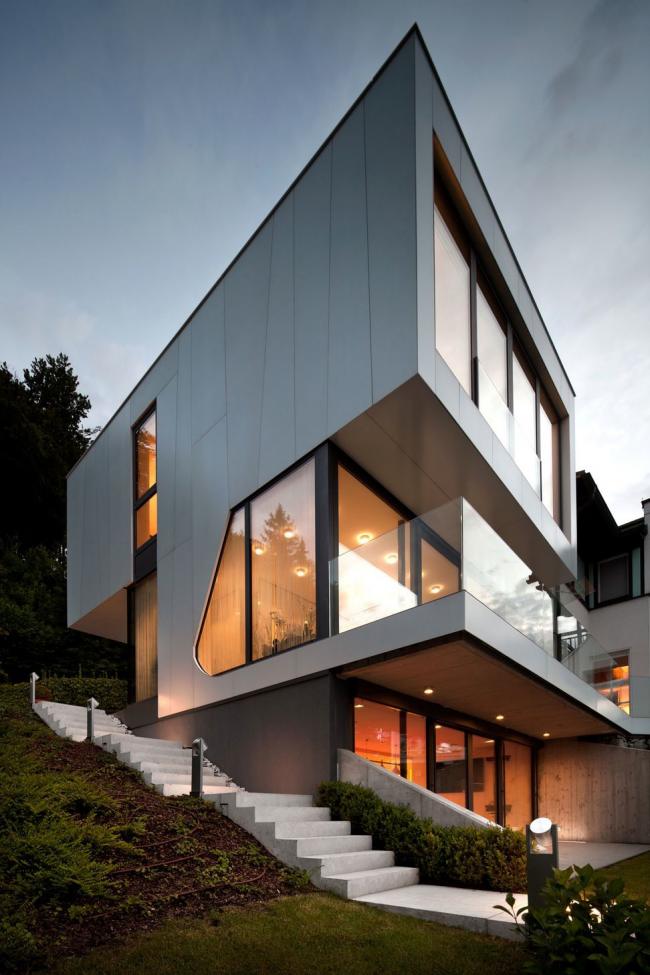 Трехэтажный дом с панорамным фасадом