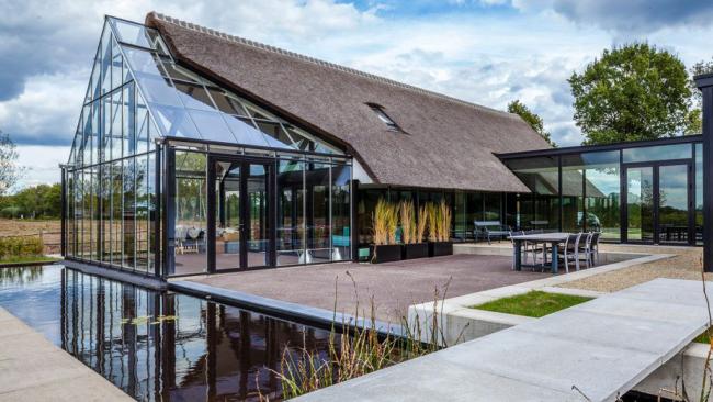 Благодаря уникальным качествам стекла его возможности в строительстве домов безграничны