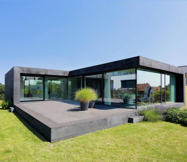 Каркасный жилой дом из камня и стекла