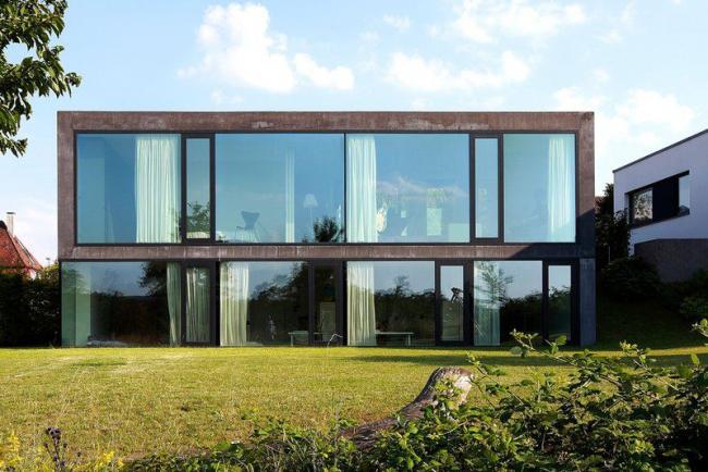 Шторы на всех окнах помогут сохранить тайну происходящего внутри здания
