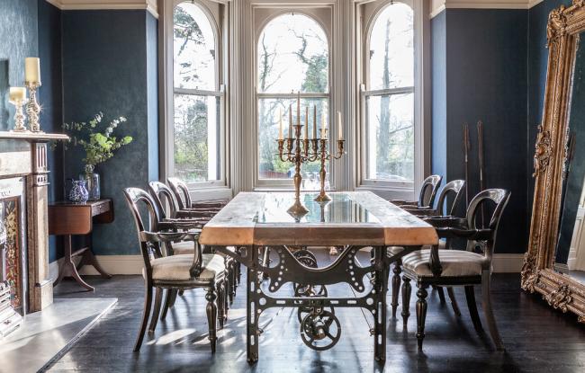 Дизайн столовой с использованием элементов роскоши и ретро-технологий