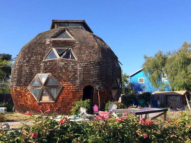 Круглый дом как декорация из сказки