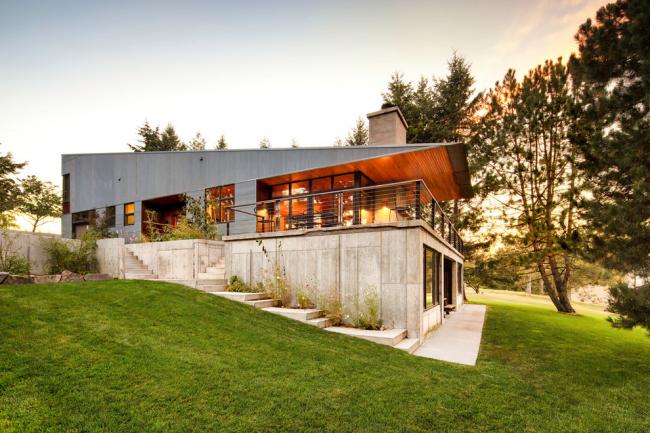 Дом на склоне с фасадом в современном стиле