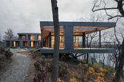 Фото 1 Строительство дома на склоне: обзор проектов, способы и особенности возведения
