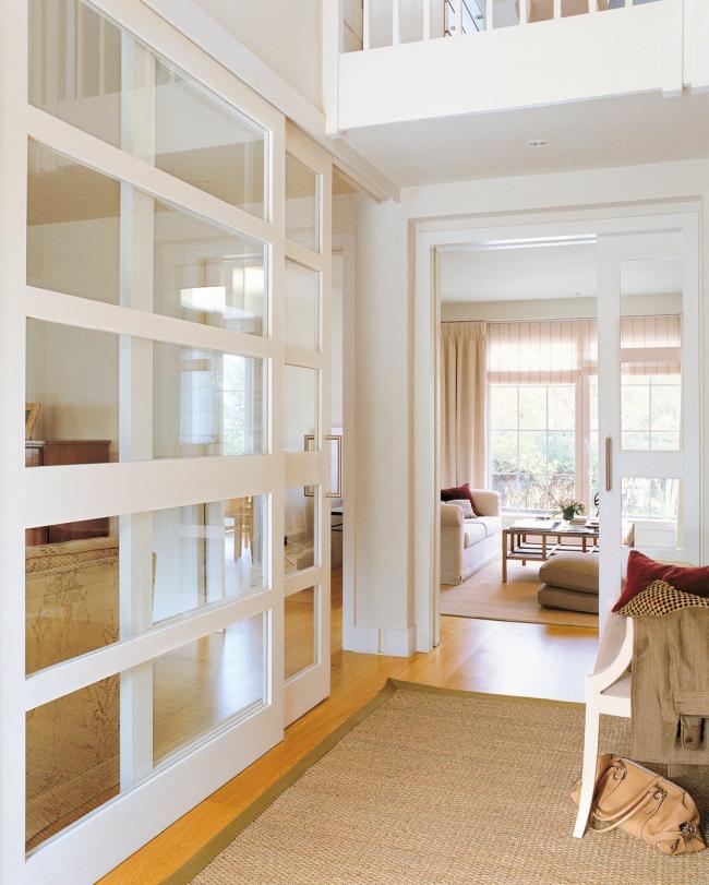 Перегородки из дерева и стекла будто размывают границы между комнатами