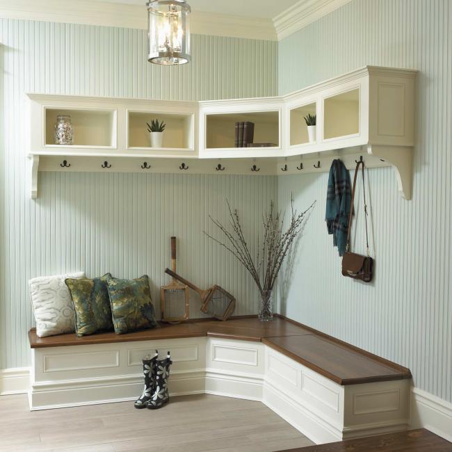 Правильный выбор мебели и оформления может превратить тамбур во вполне уютное место в доме