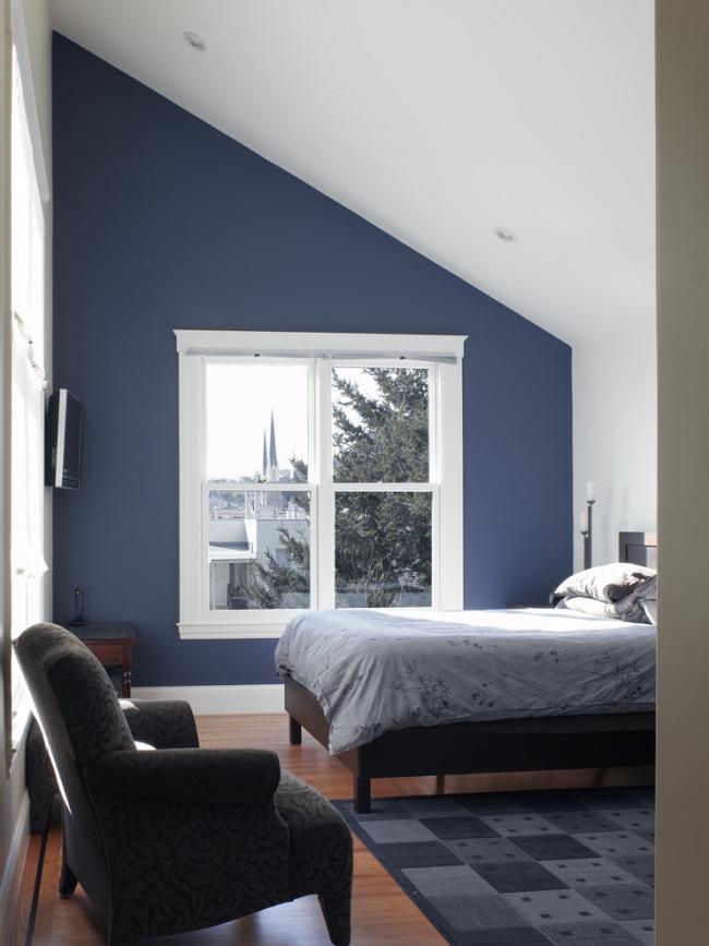 Уютная спальня на мансардном этаже загородного дома
