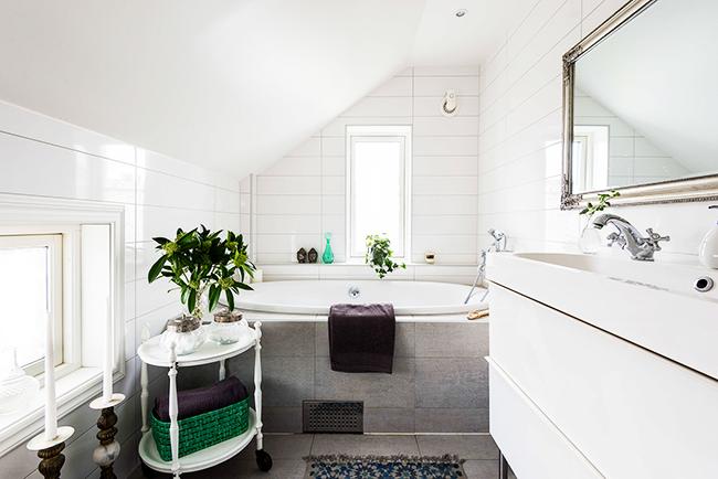 Лаконизм и чистота скандинавского стиля отлично впишутся в ванную комнату любых размеров