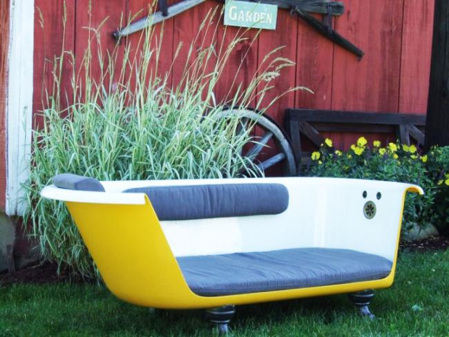 Неповторимый чугунный диванчик на территории отдыха