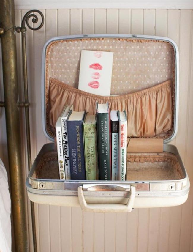 Прекрасная книжная полочка из чемодана